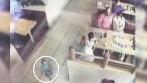 De spiste middag på restauranten og deres lille søn legede lige ved siden af. Hv