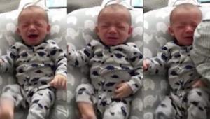 En nyfødt vil ikke stoppe med at græde, så giver hans far ham en beskidt t-shirt