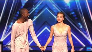Det dansende par henrykker dommerne med deres usædvanlige optræden, og modtager