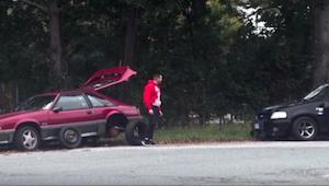 Han forsøgte at få hjælp, men de andre biler kørte bare forbi. Så kom den sorte
