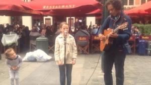 Faderen insisterer på at en gademusikant spiller med hans datter. Da pige begynd