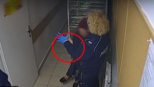 En politikvinde tager en latex handske på, hvad hun gør næst er chokerende...