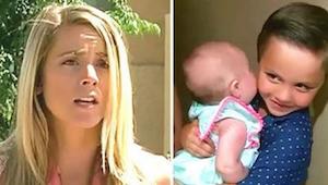 Naboen åbner døren, og ser en 5-årige med en baby i armene. Da den lille forklar