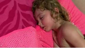 Hun troede at hendes datter sov sød, men da hun forsøgte at vække hende gik det