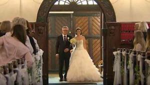 Faderen fører sin datter til alteret. Pludselig løfter hun sin hånd og overraske