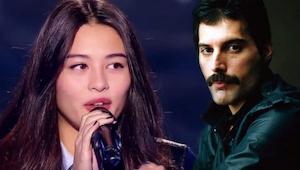 Den unge pige synger Bohemian Rhapsody på sådan en måde, at den tvinger alle dom