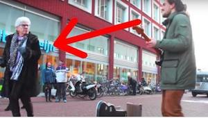 Alle gademusikanter ønsker sig sådan et publikum! Se hvad damen gjorde.