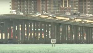 Kaptajnen på skibet var sikker på, at nogen kastede skrald ud fra broen. Da han