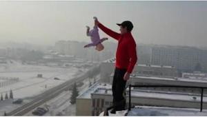 Han greb sit barn i benet og nærmede sig kanten af bygningen. Det havde jeg aldr