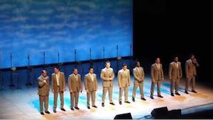 En gruppe mænd går på scenen. Efter kort tid stopper folk ikke med at grine og f