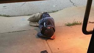 Folk fra et dyrinternat opdagede en hjemløs mand der sov udenfor. Da han fortalt