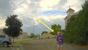 Optagelse fra et politi kamera hvor betjenten kommer ud til en ældre kvinde der