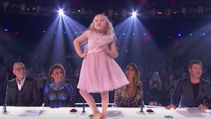 Den 9-årige pige begynder at danse på bordet foran dommerne – efter nogle sekund