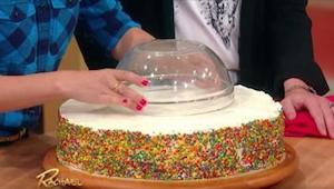 Hun anbragte først en salatskål på kagen, for at kunne skære den ud. Effekten er
