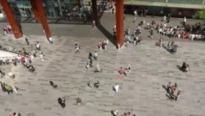 En pige begynder pludselig at danse midt på en plads i Eindhoven. Hvad der så sk
