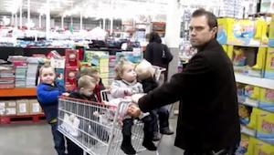 Hans kone fik ham til at tage sig af deres 5 børn. Hvad han gjorde er utroligt!