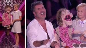 Den 12-årige pige går ud på scenen med en marionetdukke, som så begynder at lægg