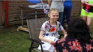 Pigen får en uventet gave fra sin stedmor - når hun kigger på den, begynder hun