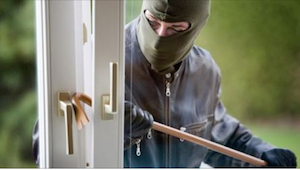 Tyven brød ind i huset, mens ejeren ikke var hjemme. Da han pludselig hørte en s