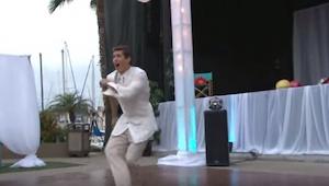 Brudgommen begyndte at danse alene. Publikum var allerede imponeret, men så kom