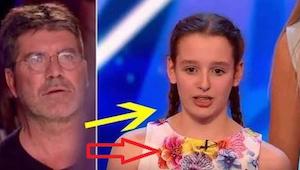 Pigen viste sig på scenen sammen med et 17-personers kor. Da hun fortæller, hvad