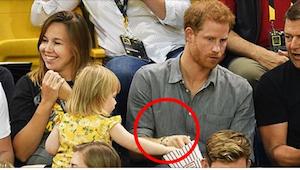 Prins Harrys reaktion på at en lille pige stjæler hans popcorn er noget du skal
