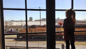 Gennem 3 år vinkede lokomotivførerne til en lille pige, som smilte til dem fra e