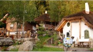 Denne landsby ser ud som fra et eventyr! Hvem kan gætte, hvor den ligger?