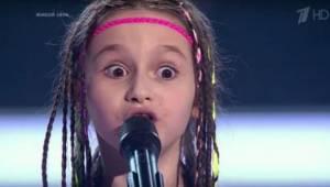 Da denne pige viste sig på scenen ved et russisk talentshow, flankeret af to dre