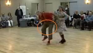 En ældre mand med et forpint udtryk bøjer sig sammen. Efter et par sekunder kan