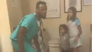 Hun bemærkede at den læge der tog sig af hendes barn havde en underligt opførsel