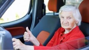 Den ældre dame kørte for langsomt på motorvejen. Årsag? I lægger jer fladt ned a