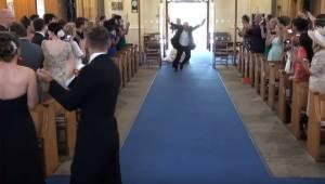 Da brudens far kom ind i kirken, ville det store bifald ikke stoppe!