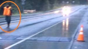 Han stoppede trafikken og fik fat på kameraet. Se hvad der snart efter kom ud af