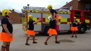 Brandmændene iklædte sig lårkorte, orange nederdele og optog en video, som alle