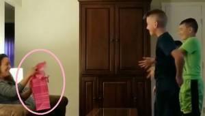 Tre drenge beder deres fars kæreste om at åbne hendes gave og så... falder de på