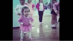 Hvad gør en 3 årig pige, når hun er vred over at hun ikke kan følge sine ældre v