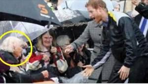 Den 97-årige søgte med blikket efter prins Harry. Da han så noget bekendt i hend