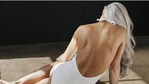 Billeder af denne 61-årige kvinde, som præsenterer badedragter, har taget Intern