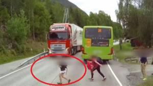 Føreren så i sidste øjeblik de løbende børn! Denne optagelse fryser blodet til i