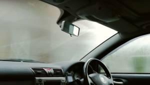 Et helt enkelt trick som gør, at ruderne i bilen aldrig mere kommer til at dugge