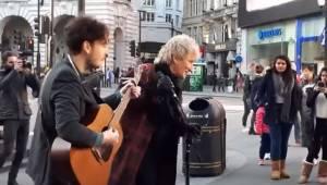 Mens gademusikanten spiller en af Rod Stewarts melodier, bliver han på en pragtf
