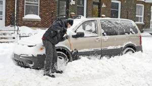 Mens han havde travlt med at skrabe sne af bilen, ventede hans kone og børn på h
