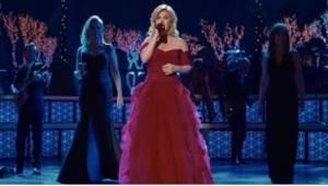 "Kelly Clarkson synger her ""Glade jul, dejlige jul"" sammen med to legendariske gæ"