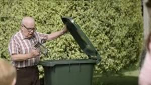 Naboerne kunne ikke forstå, hvorfor manden smed næsten nye ting i affaldscontain