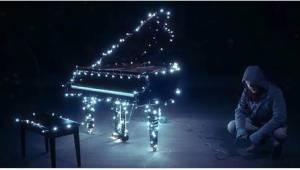 Så snart han begynder at spille på klaveret, sker der noget magisk!