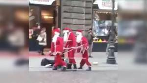 Tre julemænd danser på gaden. Når forbipasserende kommer tættere på, tror de ikk