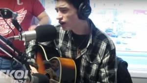 Han vil synge en Julesang live i radioen. Se radioværtens reaktion
