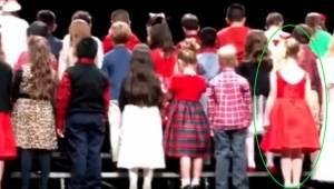 Se opmærksomt på pigen i rødt, så vil du forstå, hvorfor millioner af mennesker