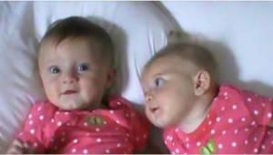 Moren anbragte tvillingerne ved siden af hinanden på sengen. Lad ikke blikket gl